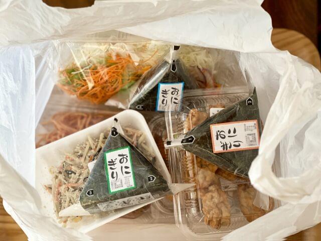 Membeli makan di toko serba ada saat istirahat makan siang di perusahaan