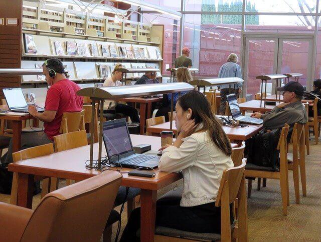 Pergi ke pusat layanan mahasiswa internasional di universitas