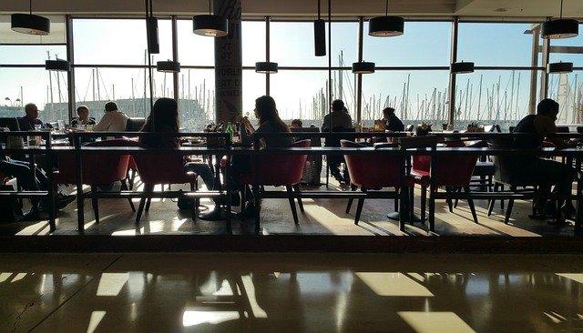 Berbicara mengenai budaya kuliner saat makan siang di kantin dengan teman