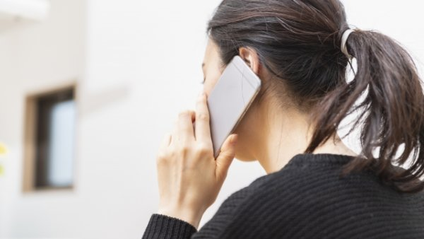 Melamar untuk wawancara kerja paruh waktu di toserba melalui telepon