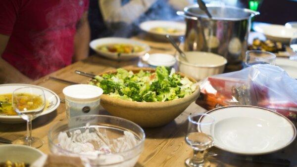 Mempelajari cara menikmati hidangan nabe dan tata krama saat menggunakan sumpit saat pesta nabe