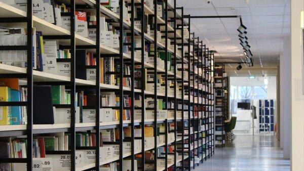 Meminjam buku untuk pertama kalinya di perpustakaan universitas